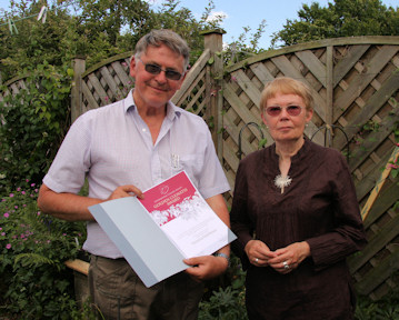 Vicki Matthews receiving her Golden Clematis Award from Roy Nunn, Vice President