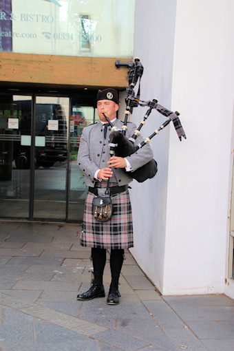 A Piper welcomes us©Ken Woolfenden