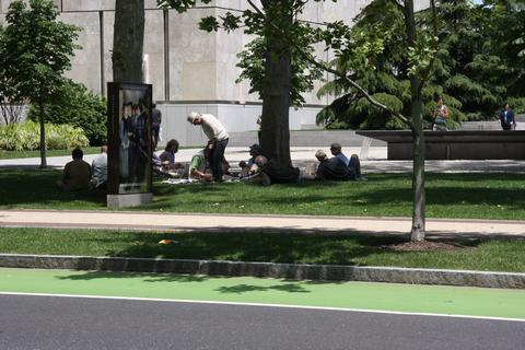 Al fresco lunch on Benjamin Franklin Parkway
